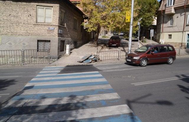"""Купчина спъва пешеходците по бул. """"Съединение"""""""