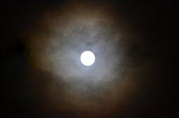 Супер луна озари новогодишното небе