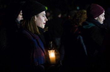 Погребаха в сватбени одежди убития журналист и годеницата му