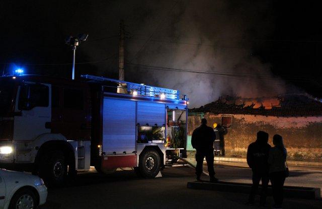 Пожар изпепели къща и възрастен човек в Хасково