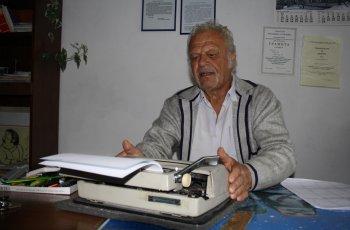 Емануил още прави вестник с пишеща машина