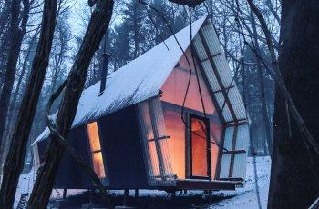 Модерна хижа насред гората със секънд хенд материали