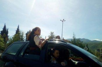Абитуриенти висят от прозорците на кола в Пещера