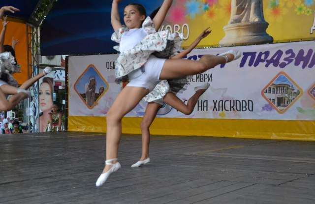 """Ансамбъл """"Хасково"""" и балет """"Тангра"""" със страхотно шоу на площада"""