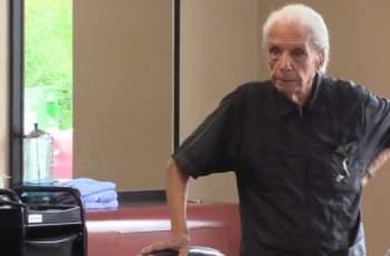 107-годишен бръснар работи 8 часа на ден