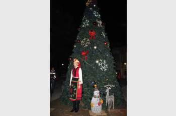 Засияха светлините на елхата във Велинград (СНИМКИ)