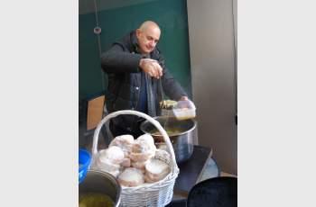 Психолог раздаде топъл обяд на бедните