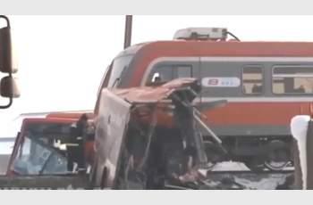 Влак и автобус се удариха в Сърбия, има жертви и ранени