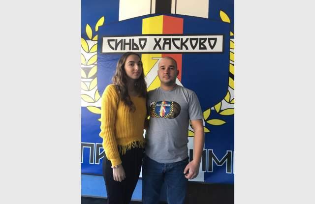 """""""Непримиримите Синьо Хасково"""" дариха 800 лв. за лечението на Адриана"""