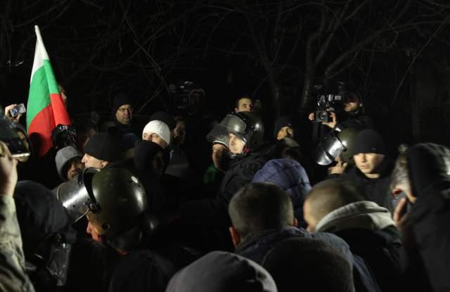 Протестът във Войводиново ескалира! Тръгват към ромската махала!