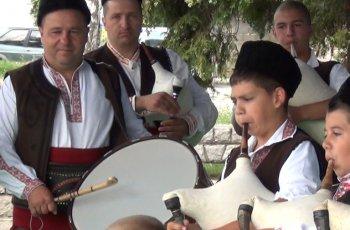 Калоферските гайдари свирят на Валя Балканска