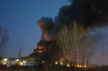 Още гасят локални огнища в изгорелия цех на Унитемп