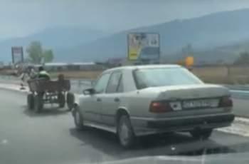 Невиждано! Каруца тегли мерцедес край Пловдив ВИДЕО