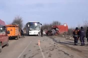 Тежка катастрофа с автобус, един загина
