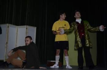 Глупаци на сцената в Младежкия център