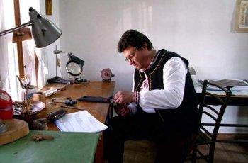 Майстор от Карлово вкара времето в дървени часовници
