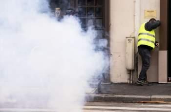 """Камъни хвърчат на протеста на """"жълтите жилетки"""" в Париж"""