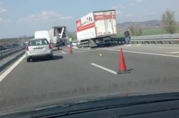 """Камион на """"Лотос"""" в мелето на магистралата"""