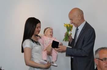 Беливанов подари монети на децата родени ин витро за Благовещение