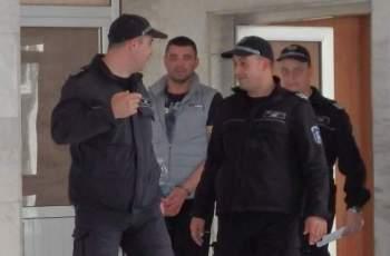 Килия за Бойчо, натъпкал 12 нелегални в колата