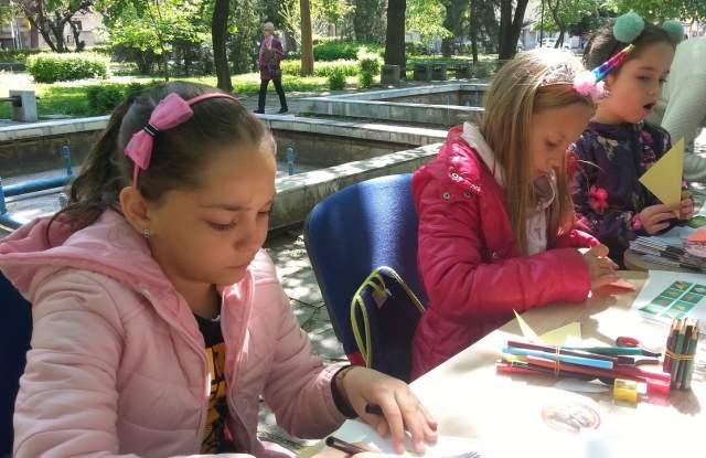 Деца хранят пеперуди в Дондуковата градина