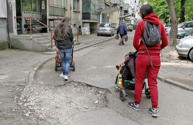 Снимка: Кючука плаши с протест заради дупки и кал