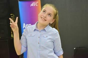 Новата звезда на Слави пяла на сватбата на родителите си
