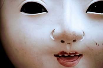 На тази японска кукла от 100 години ѝ расте истинска коса