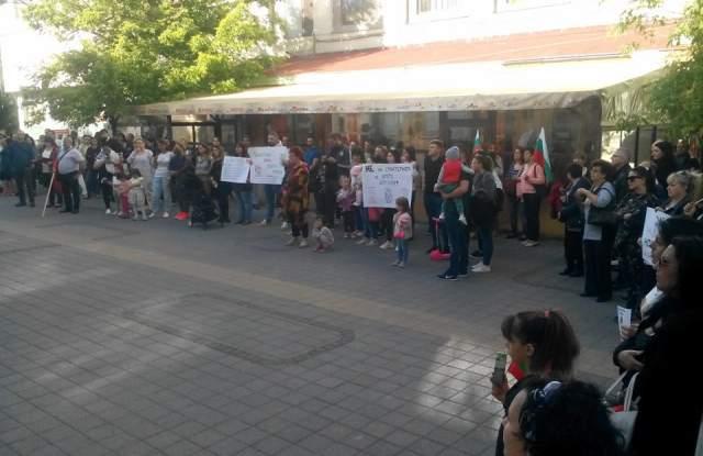 Над 150 протестираха срещу Стратегията за детето