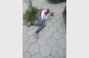 Младеж припадна, никой не звъни на 112