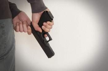 Мъж стреля в главата на бившата си съпруга и избяга
