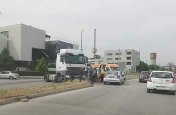 """Кола се заби в камион на бул. """"Марица"""", има ранени"""