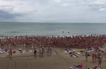 1800 жени влязоха голи в морето заради кауза ВИДЕО