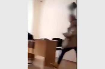 Учителка налага ученик с кош за боклук ВИДЕО