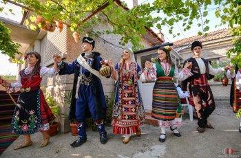 Фотограф засне 180 сватбари в народни носии СНИМКИ