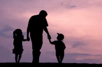 Отчаян баща търси родители за трите си деца