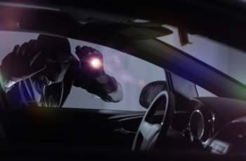 Мъж сви портфейл през прозореца на автомобил