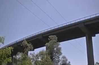 Трагедия! Мъж хвърли 4-годишния си син от мост и го уби