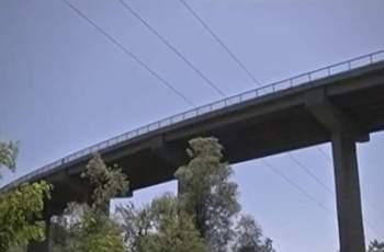 Мъж хвърли 4-годишния си син от мост и го уби