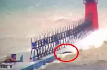 Странно черно чудовище заснеха в езерото Мичиган ВИДЕО