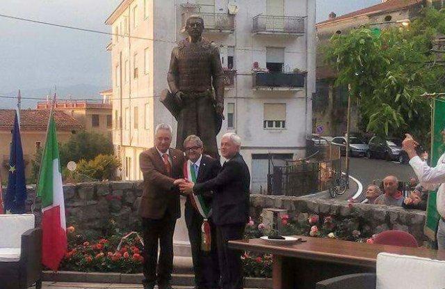 Пред паметника на хан Алцек в италианското градче Челе ди Булгерия