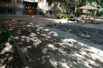 Бетонни блокчета барикадират граждани в Кършияка