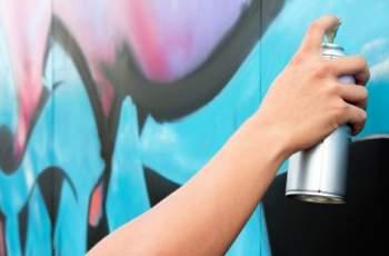 Спипаха младежи, докато драскат графити