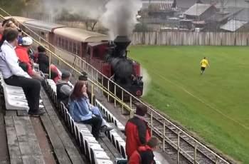 Теснолинейка минава през стадион в Словакия ВИДЕО