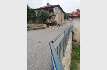 Къща се срути край Доспат, обитателите отказват да напускат