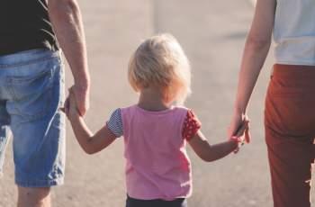 Намаляват кандидатите за приемни родители