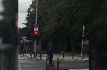 Започна се: Момче с е-скутер мина на червено ВИДЕО