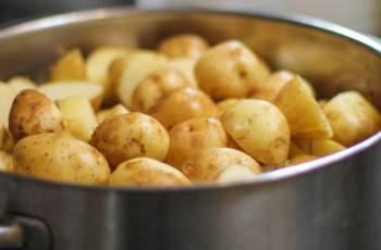 Защо трябва да пием водата от сварените картофи