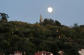 Красива луна освети романтично Пловдив