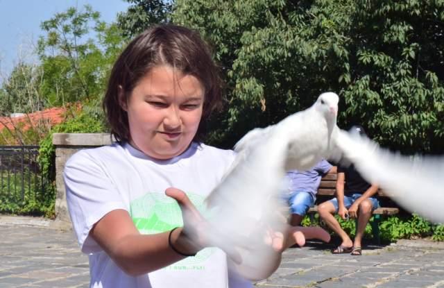 Гълъби и молитви летят пред Богородичния храм СНИМКИ